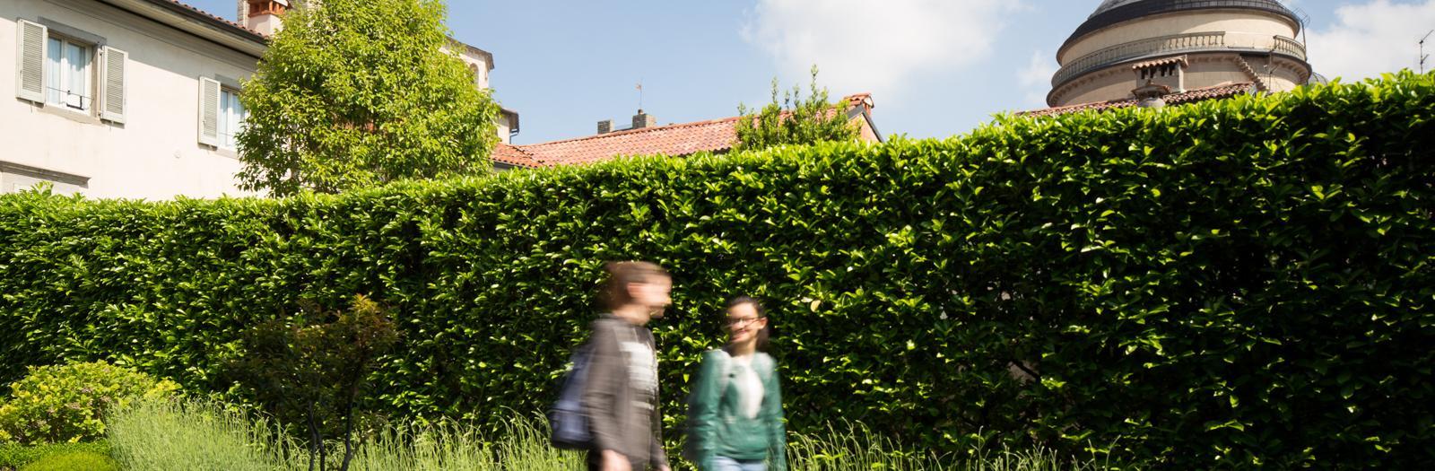 Studentesse nel giardino di Rosate