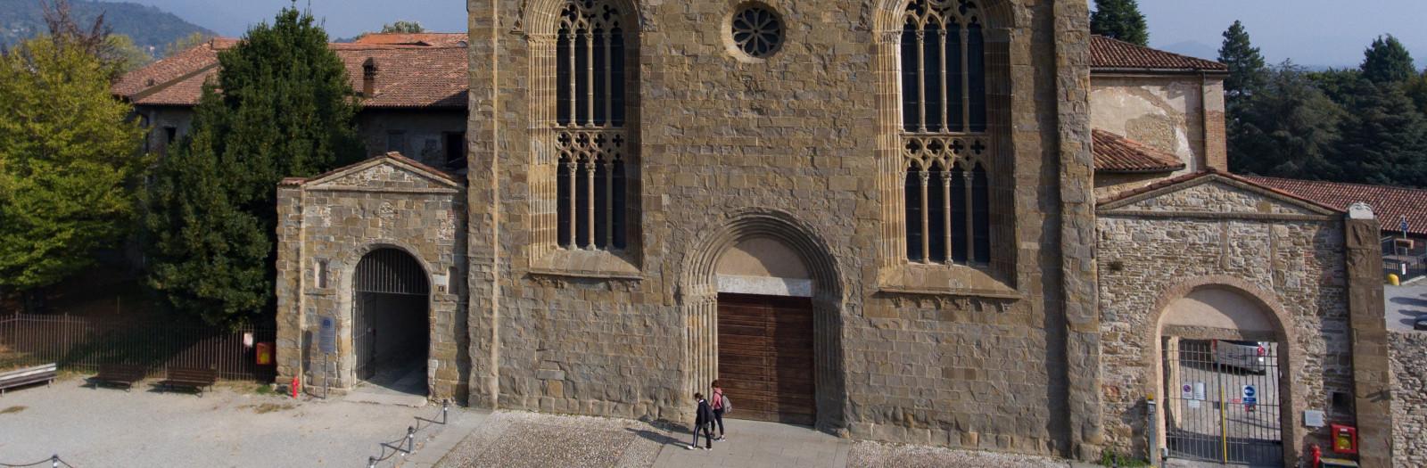 Porzione della facciata di Sant'Agostino e piazzale antistante